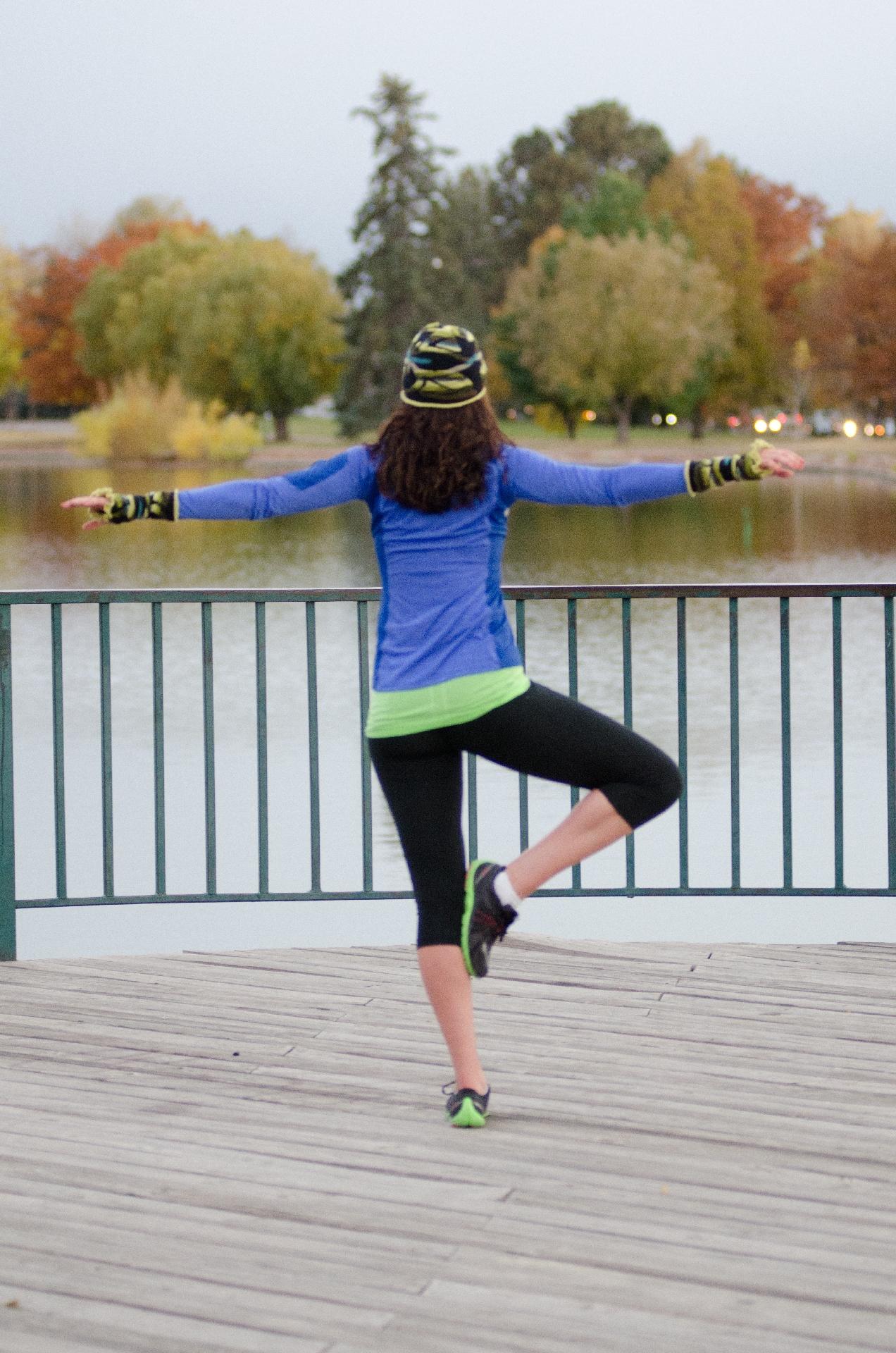 公園でバランスをとる女性