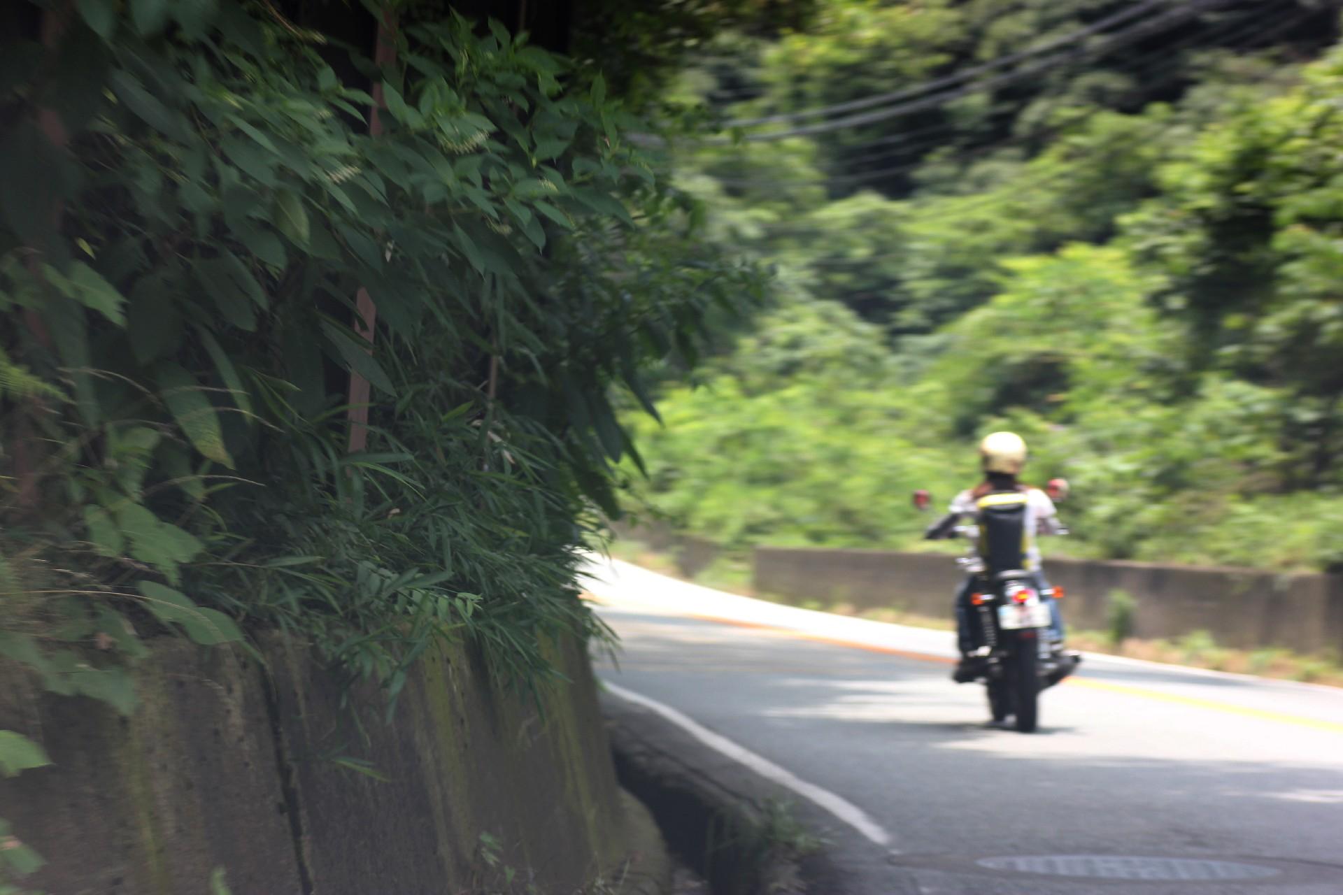 ガラクタバイクで山道を走る