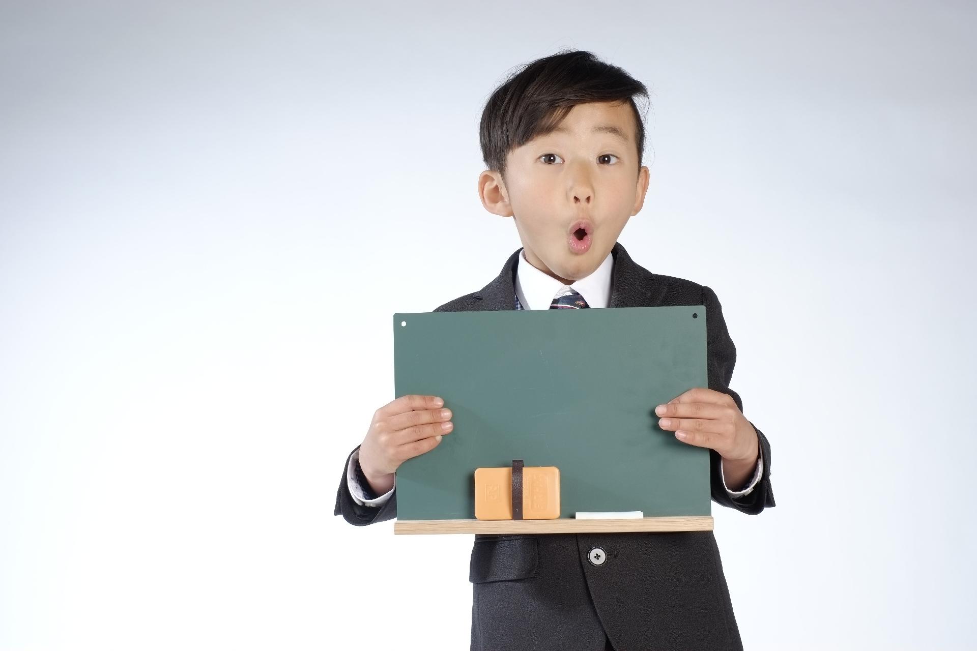 黒板を持つ男の子