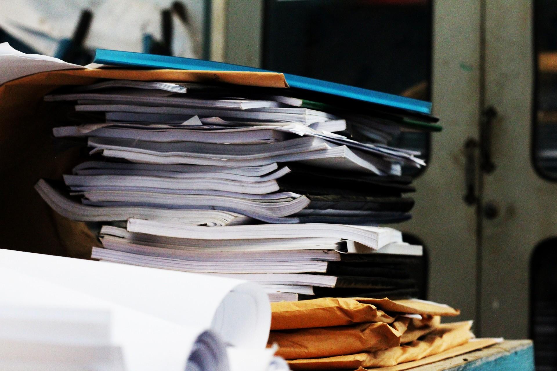 書類の山積み